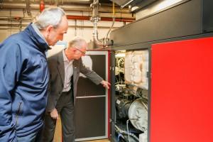 Das Energiemanagement hat für Hirschvogel-Werksleiter Detlef Lumm (links) einen hohen Stellenwert. Bild: Hirschvogel