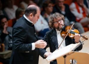 Unter der Leitung von Ivor Bolton (hier links neben dem Violinist Alexander Janiczek) erklingt am 14. Dezember 2018 im Kulturpalast ein barockes Weihnachtsprogramm mit Arien und Instrumentalwerken von Händel, J.S. Bach, Gluck und Vivaldi auf historischen Instrumenten. Bild: Oliver Killig