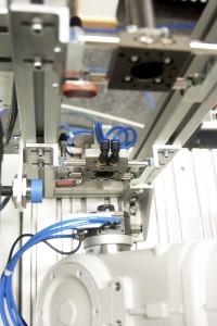 Intelligenter Werkzeugbahnhof: Per RFID-Technologie werden die Wechselwerkzeuge identifiziert und deren Position an die Robotersteuerung übertragen. Bild: HTW Dresden, Peter Sebb