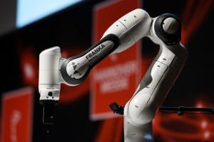 ROBOTICS AWARD 2018: Bereits zum achten Mal verleiht die HANNOVER MESSE außerdem den ROBOTICS AWARD für angewandte Roboterlösungen. Teilnehmen können nationale und internationale Unternehmen sowie Institutionen, deren Produkte, Projekte oder Technologien einen innovativen Beitrag zu robotergestützten Lösungen im Bereich industrielle Automatisierung, mobile Roboter oder autonome Systeme leisten. Der mit 10 000 Euro dotierte Preis steht unter der Schirmherrschaft von Olaf Lies, dem Niedersächsischen Minister für Wirtschaft, Arbeit und Verkehr. Kandidaten können ihre Bewerbungsunterlagen noch bis zum 16. Februar 2018 einreichen. Verliehen wird der ROBOTICS AWARD während einer Pressekonferenz am Dienstag, 24. April, um 15.30 Uhr auf der HANNOVER MESSE. Bild: Hannover Messe