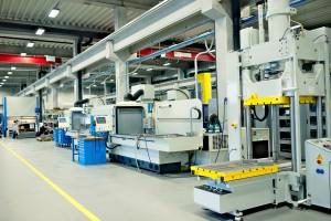 Dank voll automatisierter Abläufe, muss sich der Produktionsmitarbeiter nicht mehr um manuelle Standardabläufe wie Rüstvorgänge und Einstellwerte kümmern. Bild: Industrie Informatik